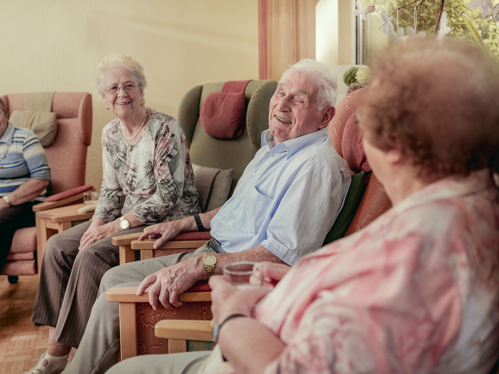 Patienten im Gemeinschaftsraum der Tagespflege